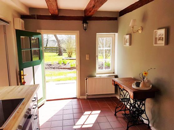 Küche mit Ausgang zu Garten und Terrasse